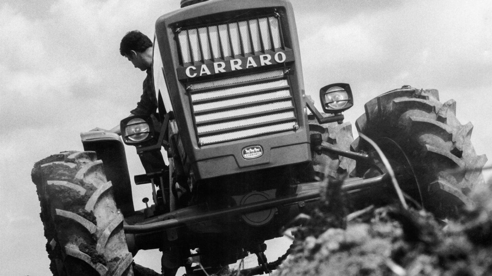 a machine designed to facilitate and speed up one of the farmer's most important processes. Carraro Tractors were on a fast track in evolution so in 1964 we built the first 4 wheel drive